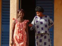 accoucheuse et infirmière devant le centre de santé